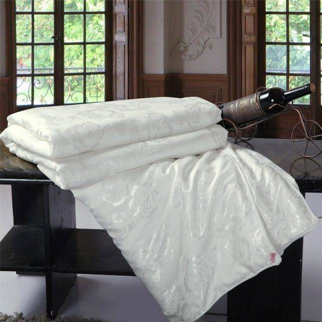 100% Mulberry Silk Comforter with White Rose Pattern
